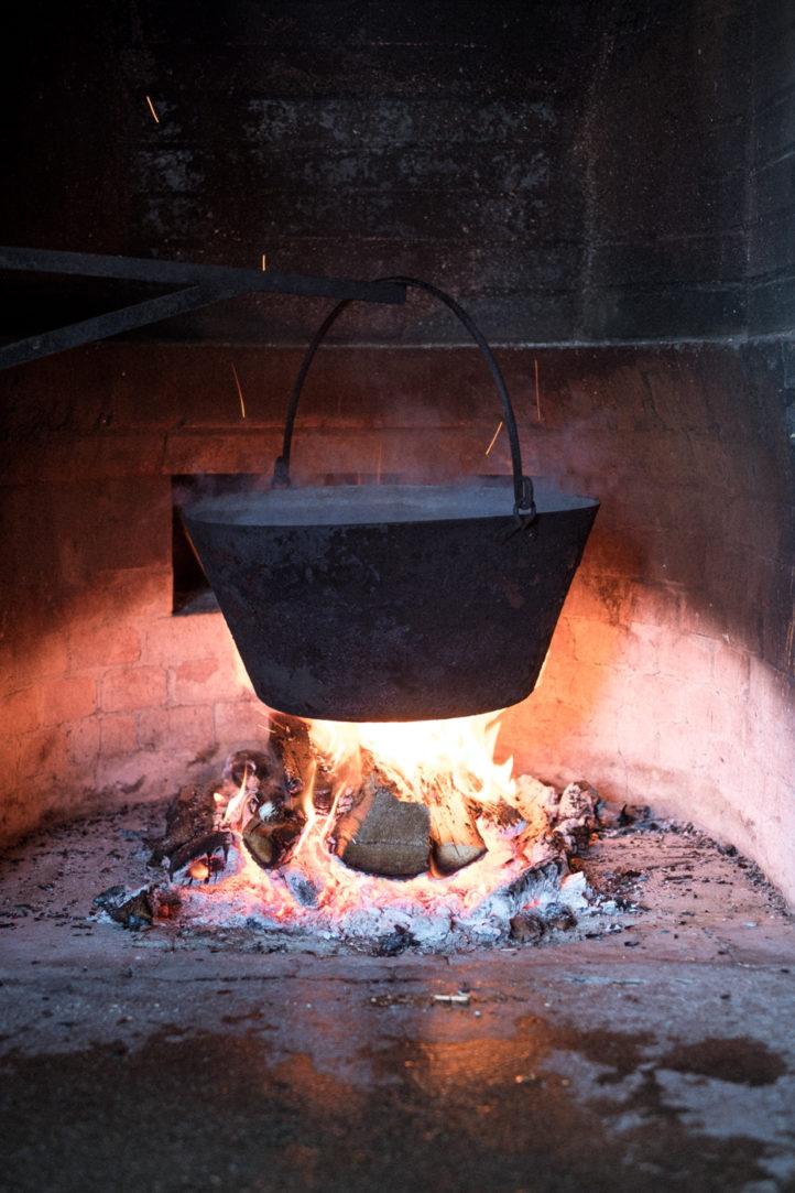 Il latte è dapprima scaldato sul fuoco a legna, il cui fumo contribuirà al sapore inconfondibile del prodotto finale.