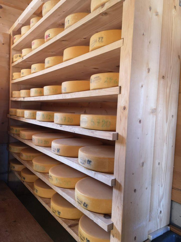 Ein Blick zurück in die vollen Regale im Käsekeller, bevor die Laibe ins Tal kommen